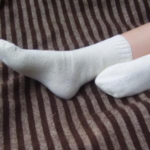 calcetines blancos de lana sobre manta
