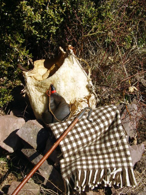 manta de lana ribagorza con bota vino