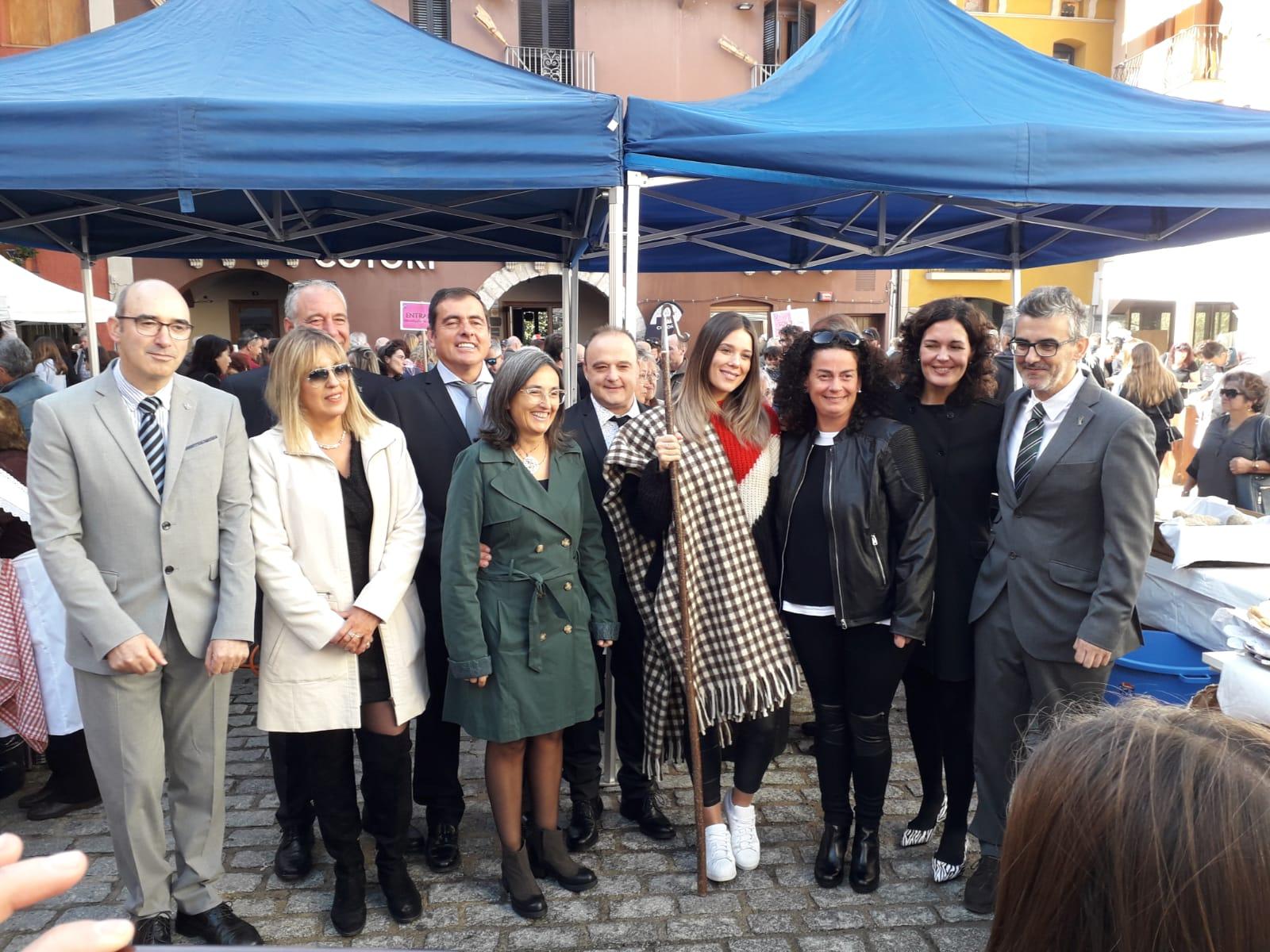 Lorena Gómez con la Manta de Lana Tapabocas convertida Mayoral de los Pirineos